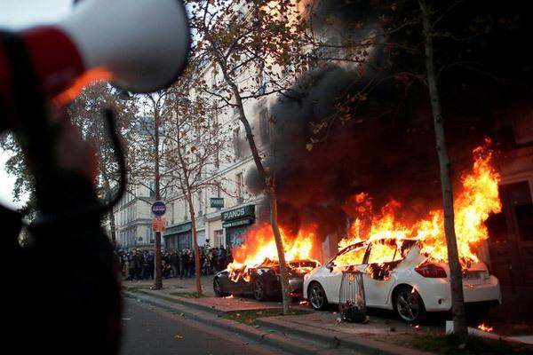 Biểu tình rầm rộ bùng nổ thành bạo lực ở Pháp