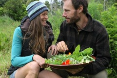 Cặp đôi vào rừng săn bắt hái lượm, sống hoang dã suốt 3 năm