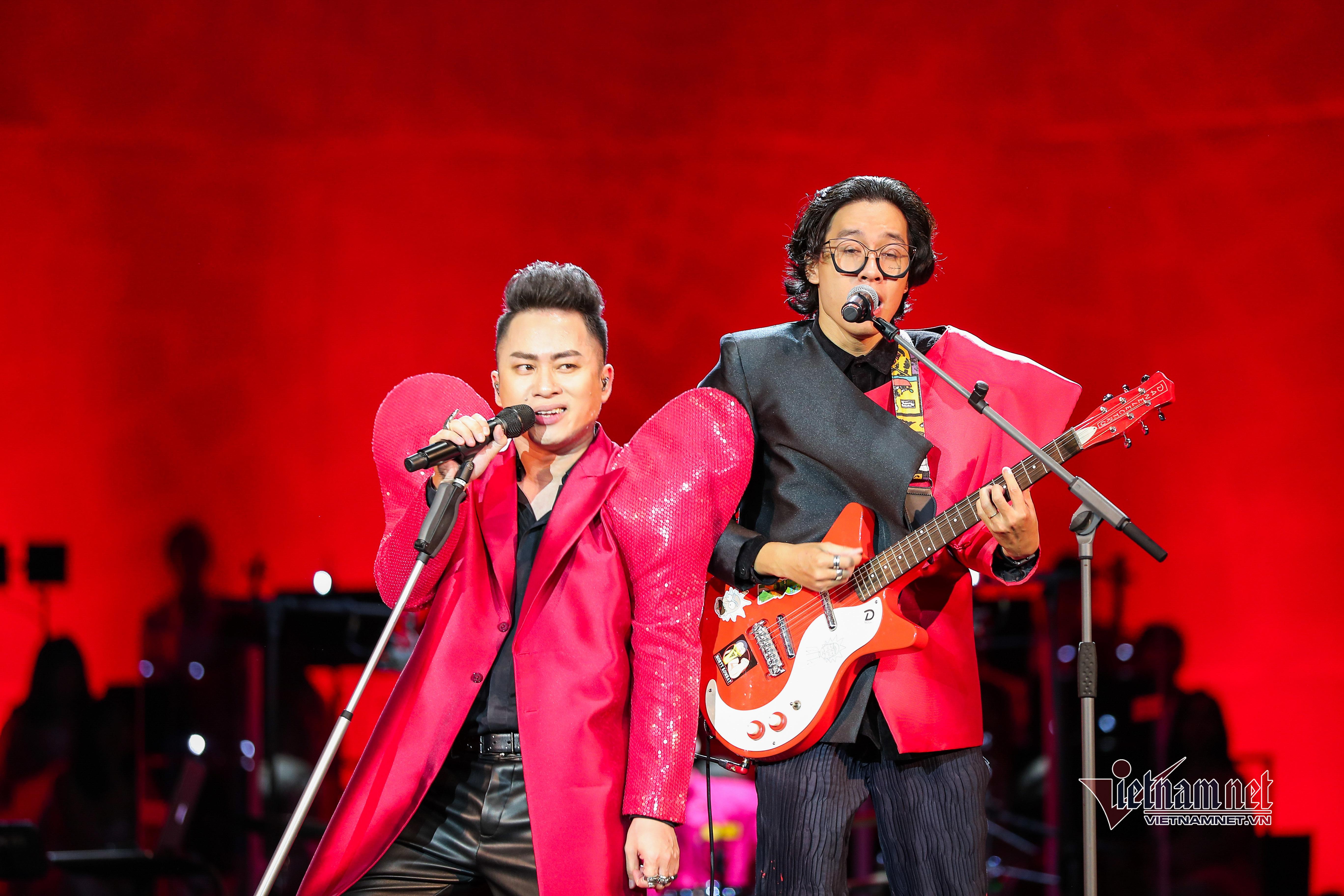 Tùng Dương - Divo độc nhất VN thăng hoa ở concert 'Con người'