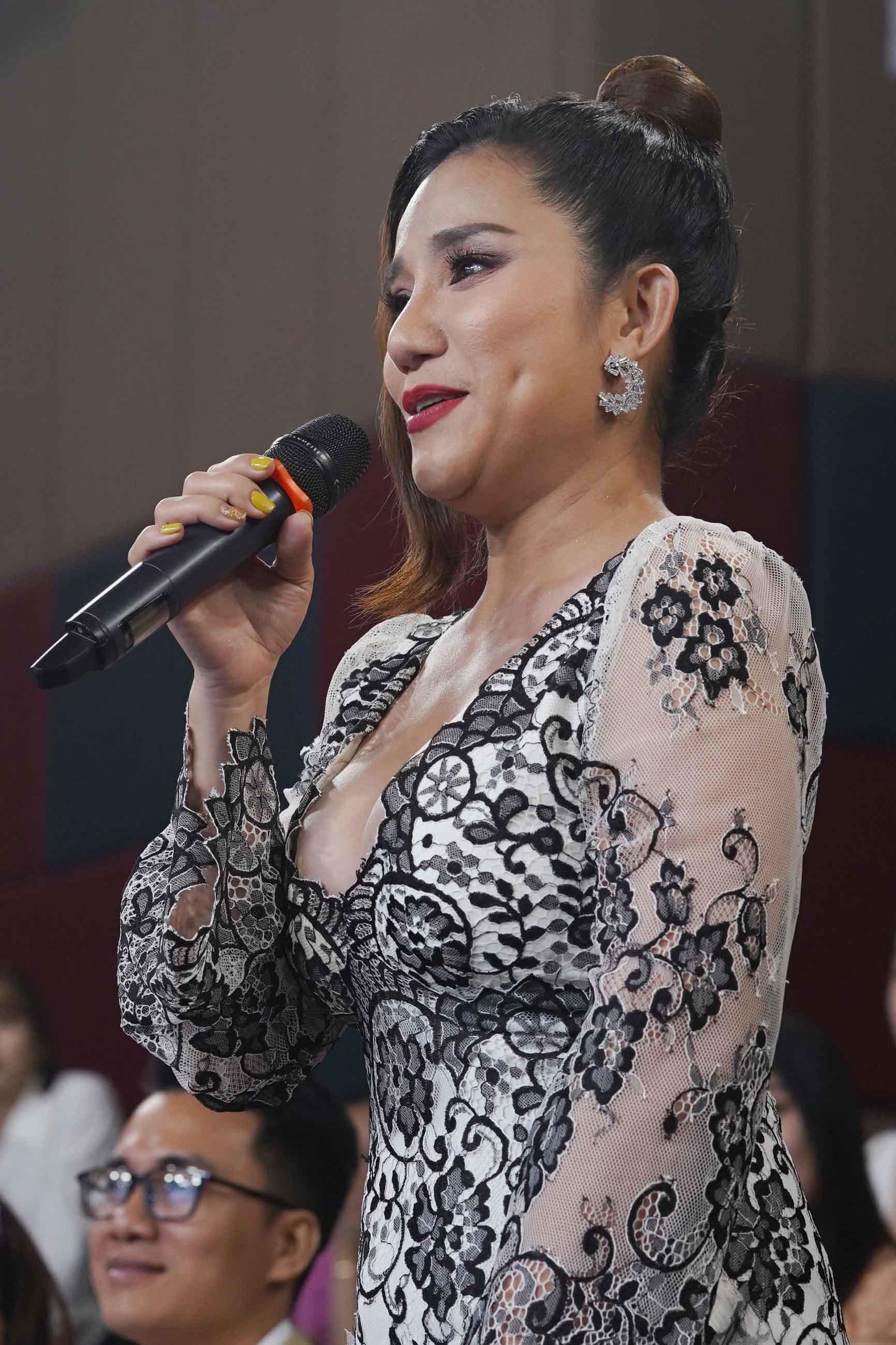 Trịnh Kim Chi rạng rỡ, Cát Tường mặc gợi cảm tại sự kiện