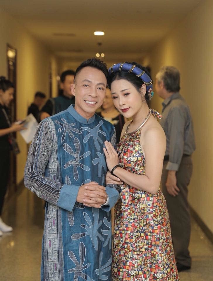 Việt Hoàn tự nhận 'già, khó tính' gửi lời yêu thương tới vợ kém 18 tuổi