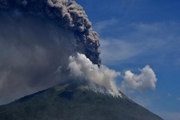 Núi lửa Indonesia phun trào, hàng nghìn dân đi lánh nạn thumbnail