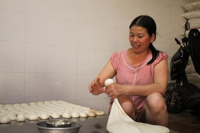 Gia đình 3 thế hệ làm bánh dày: Nửa đêm rầm rập giã, ngày hết 300kg gạo nếp