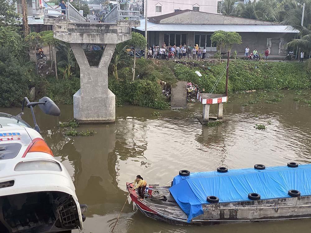 Xe quá tải đi qua, cầu sập, ô tô chỏng chơ dưới nước