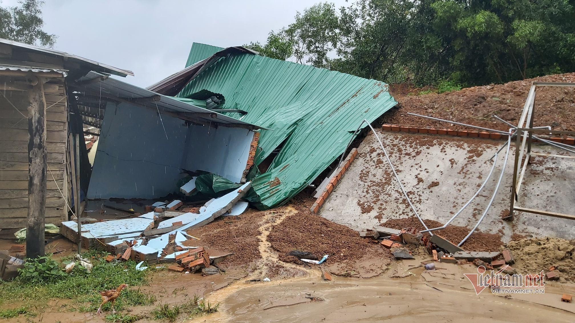 Mưa lớn gây sạt lở đất, vùi lấp nhiều căn nhà ở Đắk Lắk