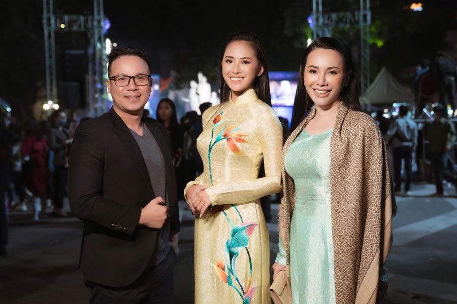 Người đẹp Phù Bảo Nghi cùng mẹ Châu Ngọc Bích nền nã trong tà áo dài