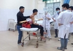 10 bác sĩ cứu sống thiếu niên bị cây lá tràm đâm xuyên qua người