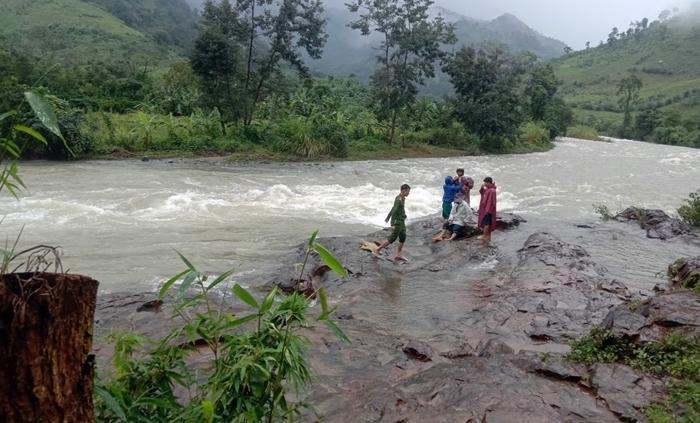 Liên lạc được 36 du khách kẹt trên núi ở Khánh Hòa do mưa lũ thumbnail