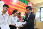 Bộ GD-ĐT tặng SGK và trao học bổng cho học sinh Mường Lát