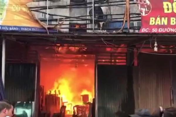 Cháy lớn tại xưởng sản xuất đồ gỗ ở Thạch Thất
