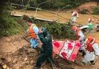 2 nữ du khách bị lũ cuốn, tìm thấy một thi thể mắc kẹt dưới cầu treo