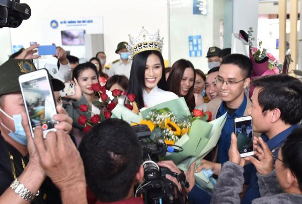Hoa hậu Đỗ Thị Hà 'vỡ òa' trong vòng tay người hâm mộ Thanh Hóa