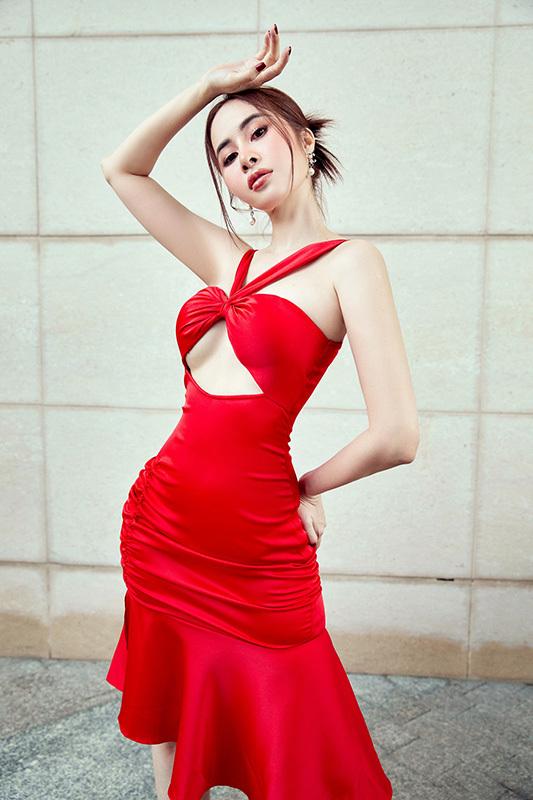 Phan Ngọc Hân mặc váy xẻ sâu gợi cảm
