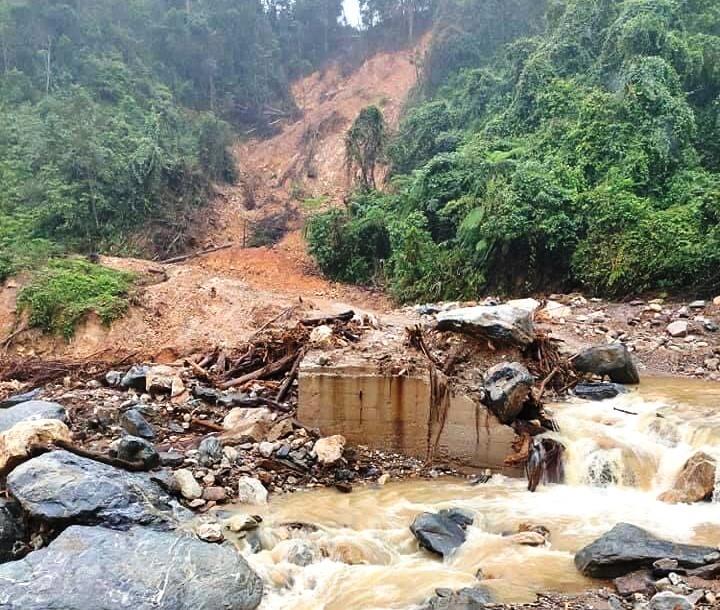 Mưa lớn liên tiếp, lại sạt lở khủng khiếp ở Quảng Nam, Quảng Ngãi