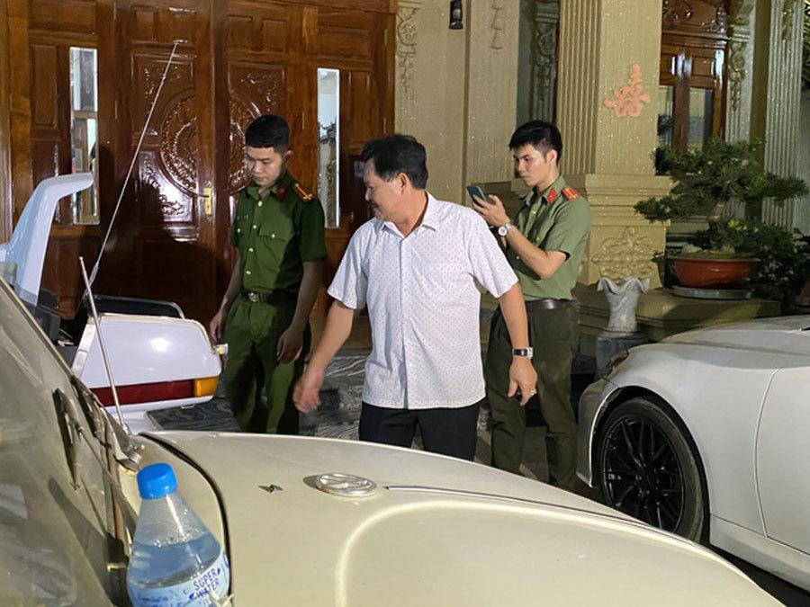 Khám xét nhà Thiện Soi, đại gia sở hữu 2 biệt thự dát vàng bị tố cho vay lãi 'cắt cổ'