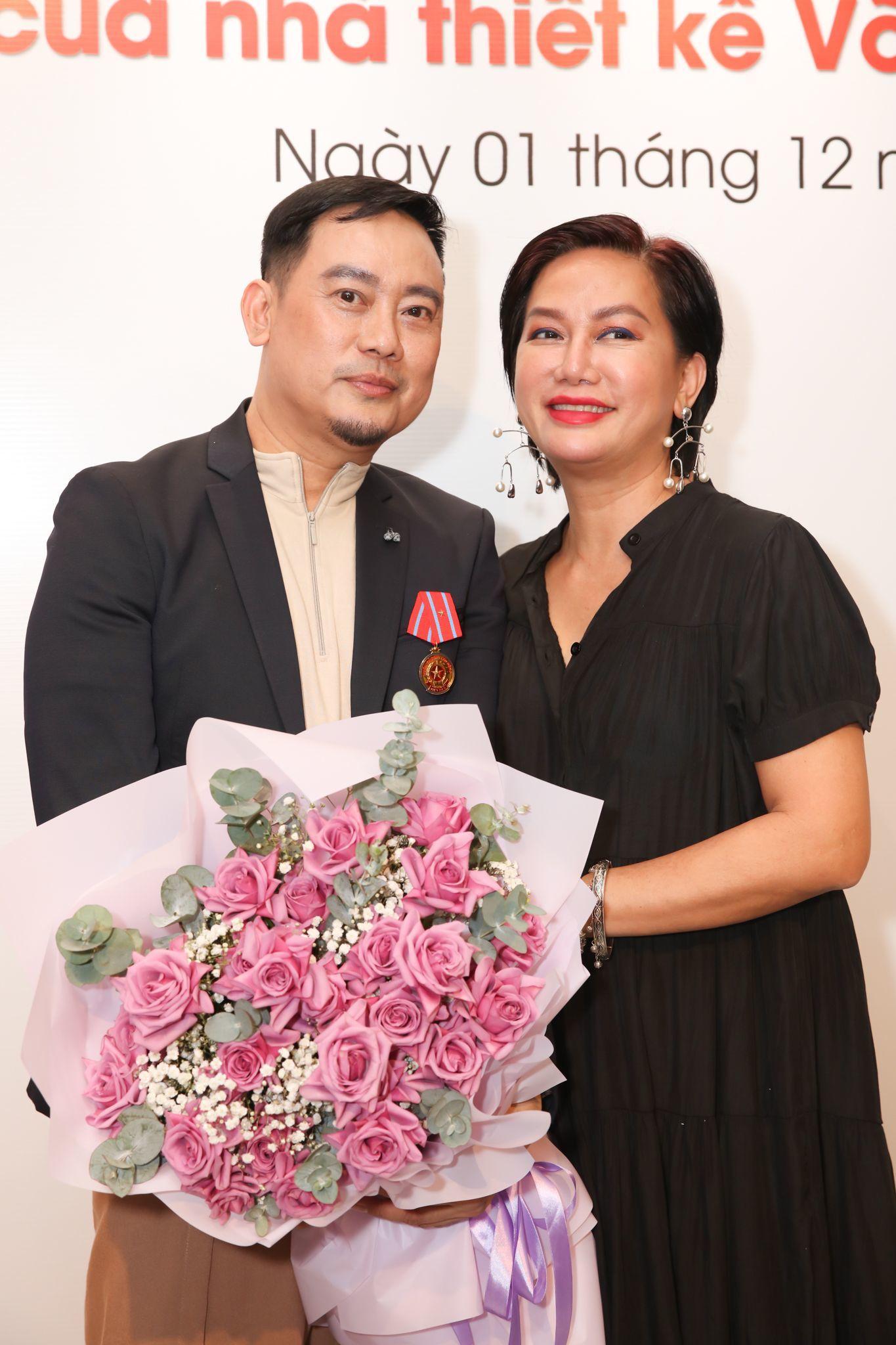 NSND Hồng Vân mừng NTK Võ Việt Chung nhận huân chương