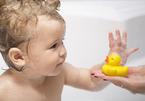 Mối nguy hiểm khó ngờ từ món đồ chơi vịt cao su trong nhà tắm