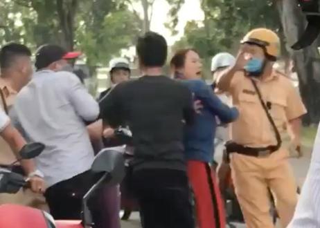 Đi xe máy vi phạm, nhóm thanh niên gọi người nhà ra tấn công CSGT thumbnail