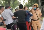 Đi xe máy vi phạm, nhóm thanh niên gọi người nhà ra tấn công CSGT