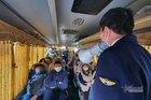 Lên từng xe nhắc hành khách đeo khẩu trang phòng Covid  tránh bị phạt 3 triệu đồng