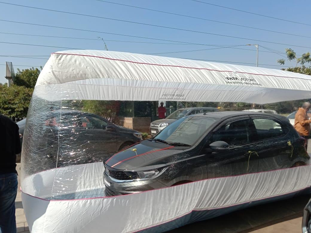Chống dịch Covid-19, hãng xe bọc ô tô trong bong bóng khổng lồ để giao khách
