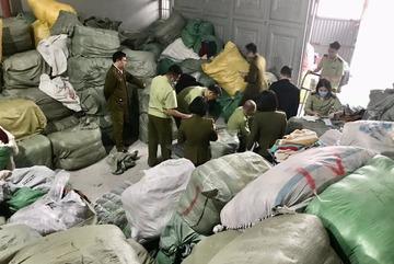 Phá kho hàng lậu lớn nhất miền Bắc, bắt 28,3 tấn quần áo 'sida'