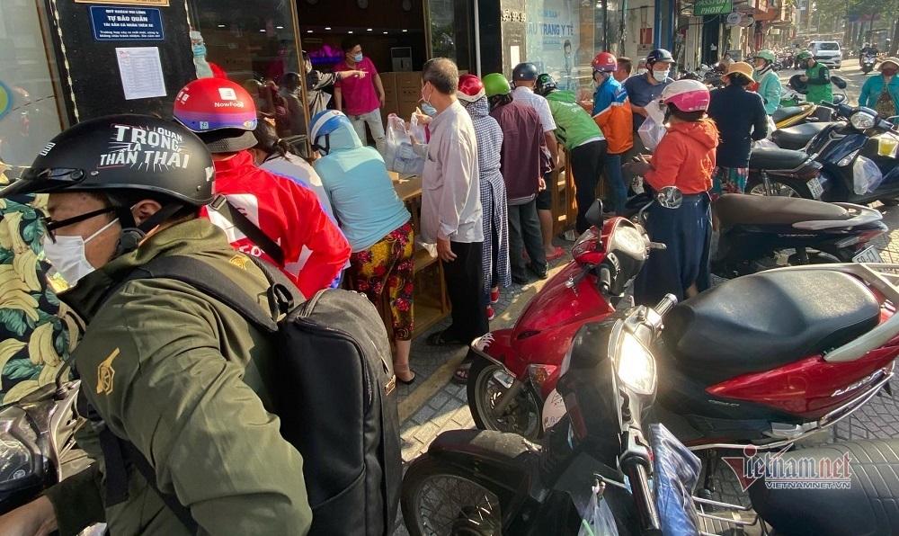 Người Sài Gòn đua nhau mua khẩu trang phòng dịch Covid-19