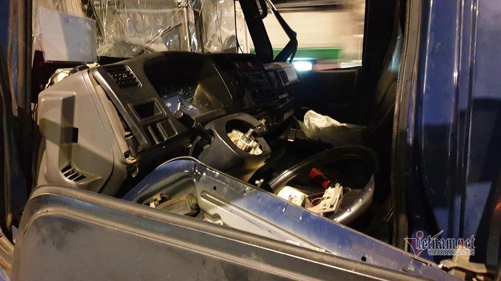 8 xe tông liên hoàn trên cầu An Sương, tài xế gào cứu trong cabin