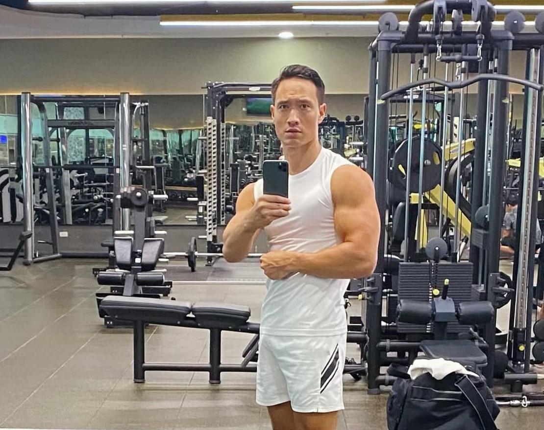 Kim Lý khoe cơ bắp, rèn sức khỏe để chăm 2 con