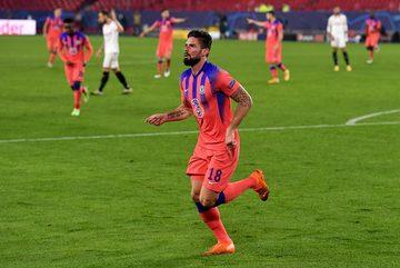 Giroud đi vào lịch sử, Chelsea nghiền nát Sevilla