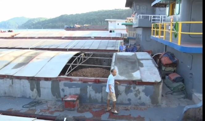 Hàng chục nghìn tấn quặng trong 35 tàu bị tạm giữ không được xuất khẩu