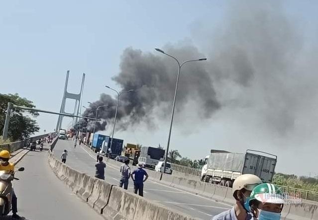Xe container cháy ngùn ngụt trên cầu Phú Mỹ, giao thông tê liệt