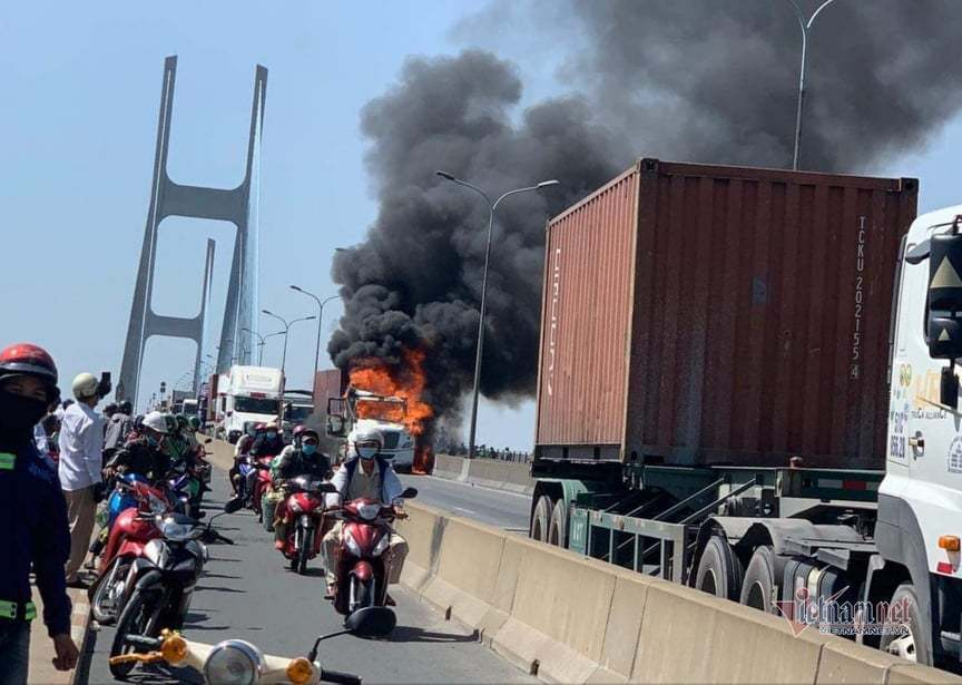 Xe container cháy ngùn ngụt trên cầu Phú Mỹ, giao thông tê liệt thumbnail