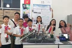 Thầy giáo hướng dẫn học sinh làm thuyền vớt rác, chế tạo máy xịt khử khuẩn