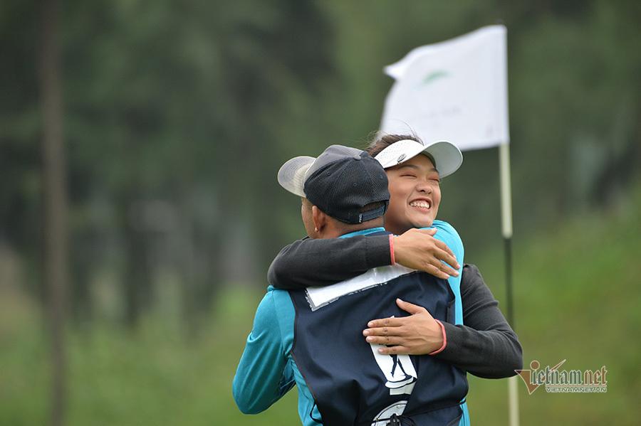 Nữ golfer Thảo My đánh sung nhờ... bố