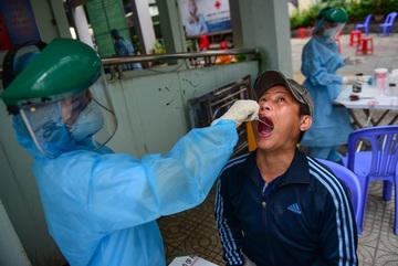 Nam tiếp viên Vietnam Airlines mắc Covid-19 đang sốt nhẹ, mệt mỏi