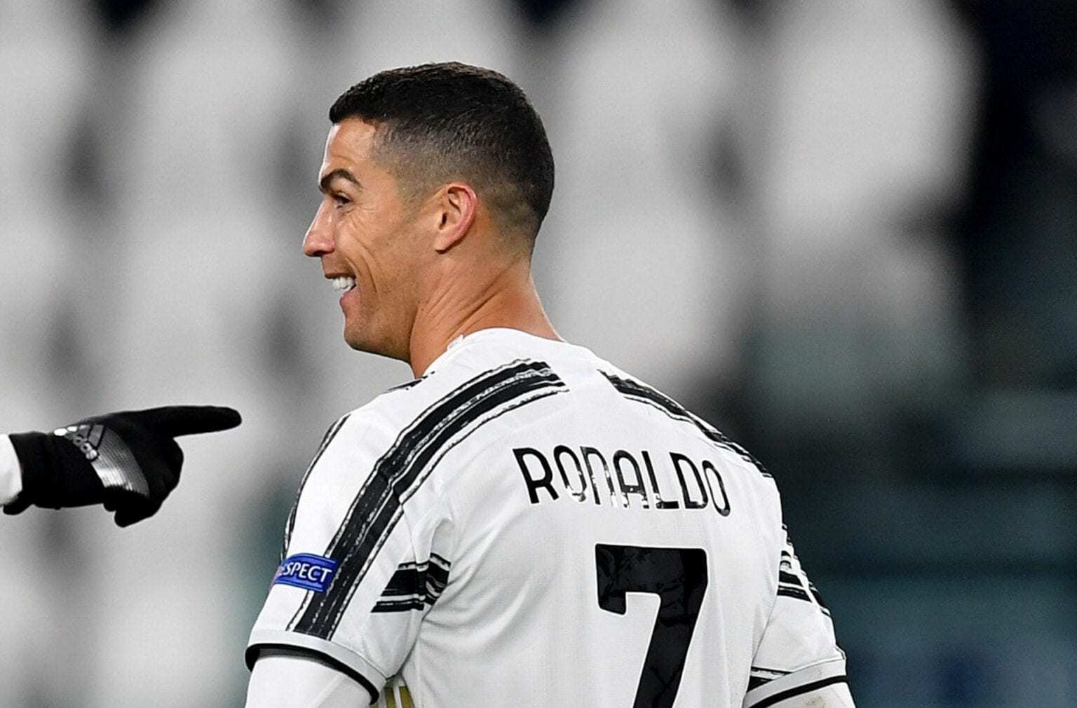 Ghế Solskjaer ở MU căng như Zidane, Ronaldo đặt mốc 800 bàn