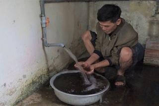 Nước giếng đen kịt nhiễm mangan, dân Hà Nội vẫn dùng mỗi ngày