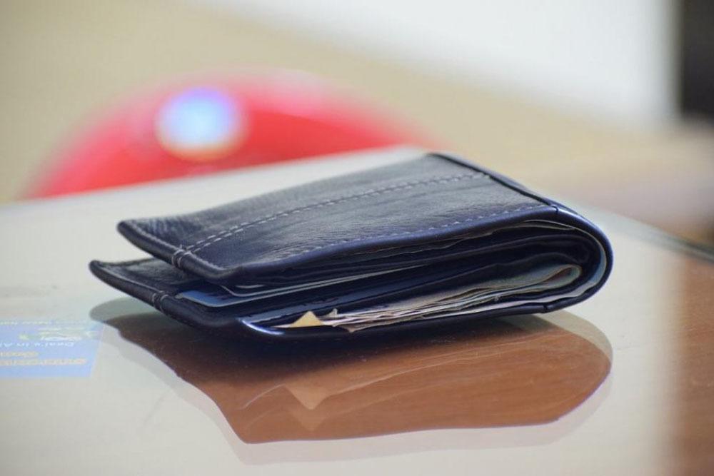Chiếc ví chứa đầy séc, giấy tờ 'tìm về với chủ' sau 54 năm bị mất