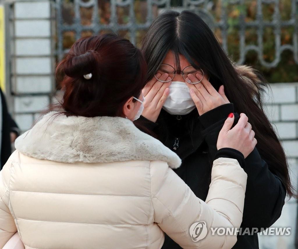 Sĩ tử Hàn Quốc bước vào kỳ thi đại học kỳ lạ nhất trong lịch sử