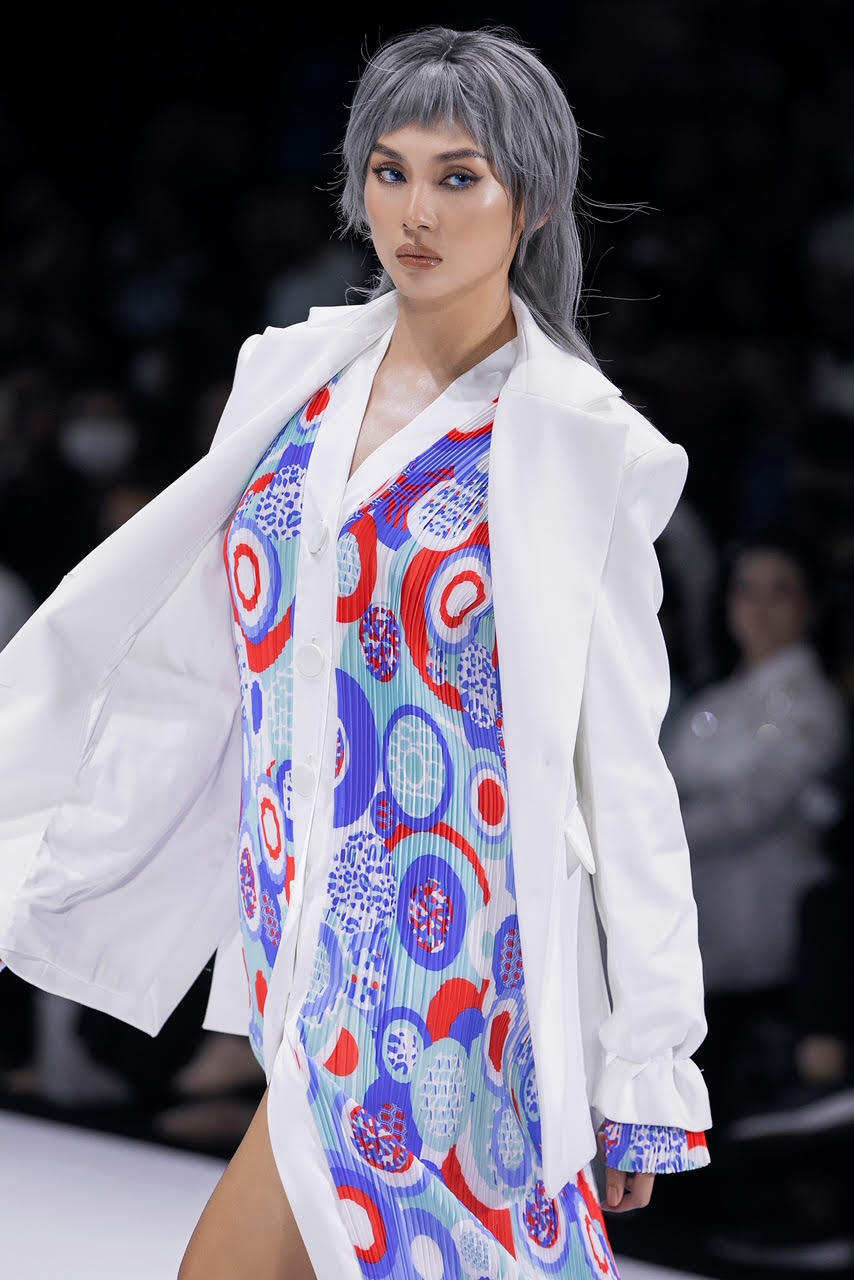 Siêu mẫu Võ Hoàng Yến khoe dáng cùng biểu cảm sắc lạnh