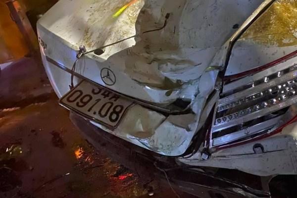 Xe Mercedes mất lái đâm vào cầu rồi bay xuống kênh, tài xế tử vong