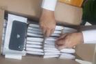 Bắt lô iPhone nhập lậu hơn 8 tỷ đồng 'núp bóng' hàng quần áo