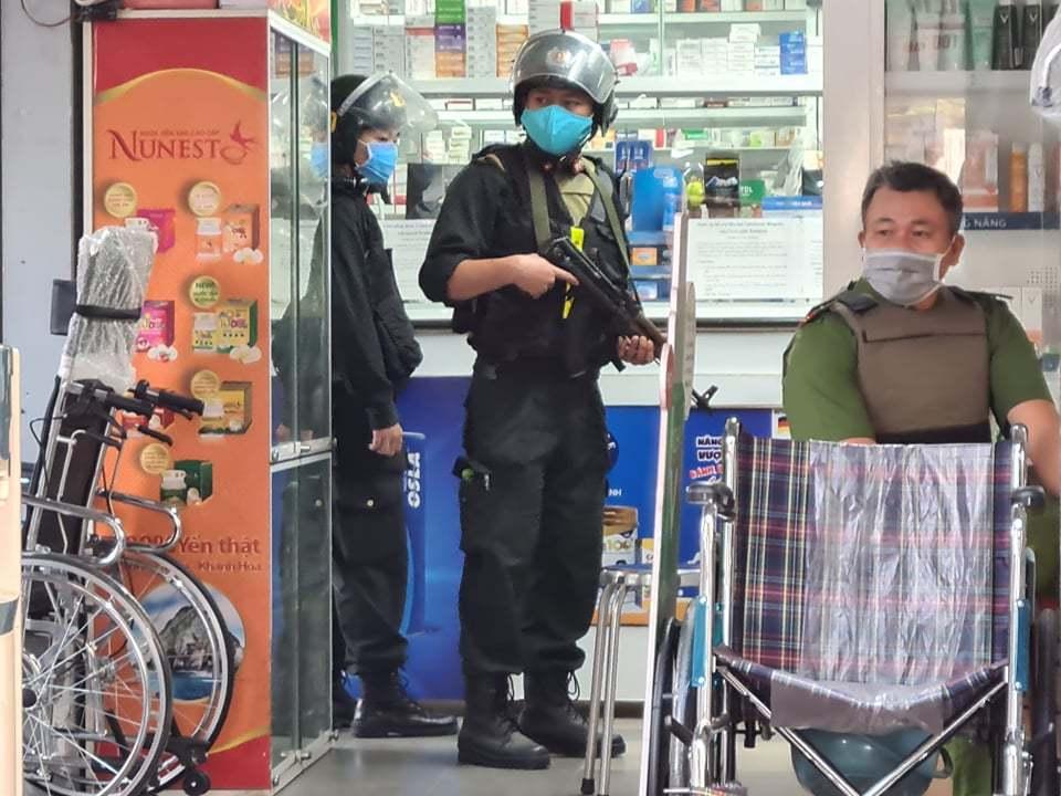 Hàng trăm cảnh sát mang súng khám xét hệ thống nhà thuốc lớn nhất Đồng Nai thumbnail