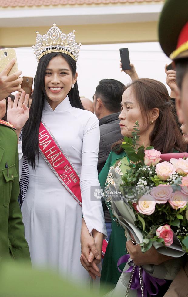 Hoa hậu Đỗ Thị Hà lộ vòng eo ngấn mỡ sau đăng quang