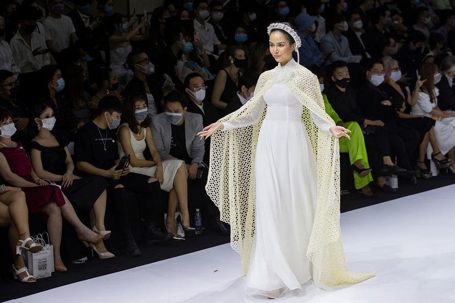 NSND Hồng Vân sánh đôi cùng Hoàng Sơn diễn thời trang