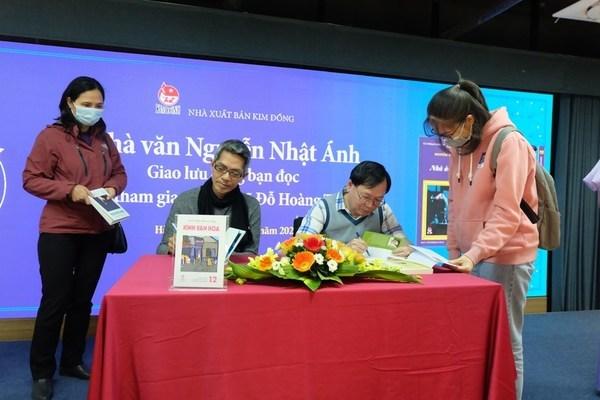 Nguyễn Nhật Ánh ký tặng sách nhân 25 năm Kính vạn hoa
