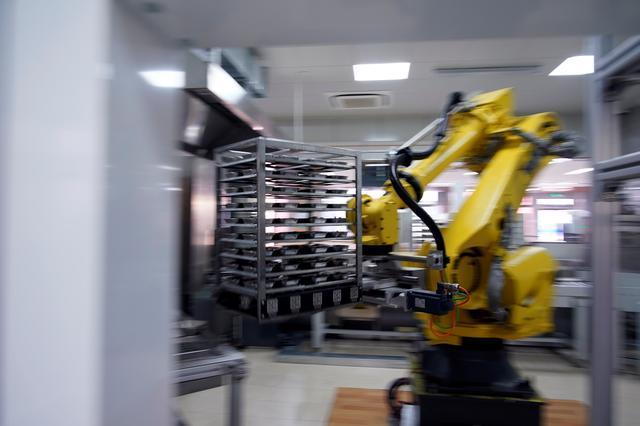 Robot cao 3m chuẩn bị bữa trưa cho học sinh