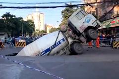 Xe trộn bê tông bị hố tử thần 'khổng lồ' nuốt chửng