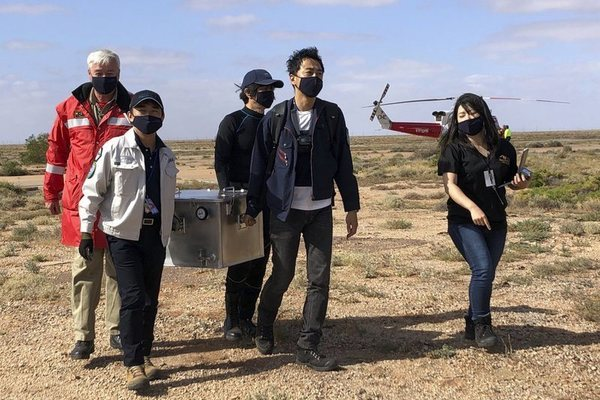 Tàu vũ trụ Nhật chở vật thể ngoài hành tinh hạ cánh an toàn